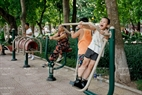 子供たちと大人たちはスポーツマシンに興味を持つ。撮影:ヴィエット・クオン