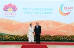 Prime Minister Nguyen Xuan Phuc receives UN Under Secretary General Shamshad Akhtar at the opening ceremony of ACMECS 7 and CLMV 8. Photo: VNA