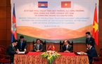 On the sidelines of the summits, Prime Minister Nguyen Xuan Phuc and his Cambodian counterpart Samdech Techo Hun Sen witness the signing ceremony of promoting bilateral trade between the two countries. Photo: VNA