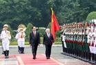 Chủ tịch nước Trần Đại Quang và Tổng thống Michael Daniel Higgins duyệt Đội danh dự Quân đội Nhân dân Việt Nam tại Lễ đón. Ảnh: Nhan Sáng/TTXVN
