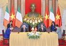 Chủ tịch nước Trần Đại Quang và Tổng thống Michael Daniel Higgins chứng kiến Lễ ký các văn kiện hợp tác giữa hai nước. Ảnh: Nhan Sáng/TTXVN