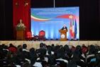 Tổng thống Michael Daniel Higgins thăm và nói chuyện với cán bộ, sinh viên Đại học Quốc gia Hà Nội. Ảnh: Doãn Tấn/TTXVN