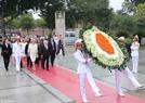 Tổng thống Michael Daniel Higgins dâng hoa tại Đài tưởng niệm các Anh hùng liệt sĩ. Ảnh: Doãn Tấn/TTXVN