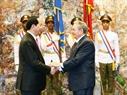 ໃນຕອນຄຳ່ວັນທີ 16 ພະຈິກ 2016 (ຕາມເວລາທ້ອງຖິ່ນ), ທີ່ນະຄອນຫຼວງ ລາຮາວານ, ພິທີຕ້ອນຮັບທ່ານປະທານ ປະເທດ ເຈີ່ນດ້າຍກວາງ ເນື່ອງໃນໂອກາດມາຢ້ຽມຢາມ ສ.ກູບາ ໄດ້ຈັດຂຶ້ນຢ່າງສົມກຽດທີ່ຫໍປະຕິວັດ. ໃນພາບ: ທ່ານປະທານສະພາແຫ່ງລັດ ແລະ ສະພາລັດຖະມົນຕີ ກູບາ Raul Castro ຕ້ອນຮັບທ່ານປະທານ ປະເທດ ເຈີ່ນດ້າຍກວາງ. ພາບ: ຍານຊ໋າງ/VNA