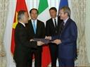 Президент Вьетнама Чан Дай Куанг и премьер-министр Италии Маттео Ренци присутствовали на церемонии подписания документов о сотрудничестве между двумя странами. Фото: Нян Шанг – ВИА