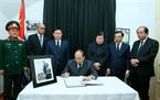 El primer ministro de Vietnam, Nguyen Xuan Phuc rinde tributo a Fidel Castro Ruz en la Embajada de Cuba en Hanoi. Foto: Thong Nhat – VNA