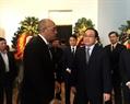 El secretario del Partido Comunista de Vietnam en Hanoi, Hoang Trung Hai rinde tributo a Fidel Castro Ruz en la Embajada de Cuba en esta capital. Foto: Doan Tan – VNA