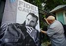 Un hanoyene ofrece solemnemente flores al lado de la foto Fidel Castro afuera de la Embajada de Cuba en Hanoi. Foto: Tran Cong Dat – VNP