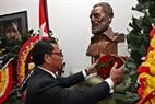 Ofrece flores ante la estatua de Fidel Castro en la Embajada de Cuba en Hanoi. Foto: Tran Thanh Giang – VNP