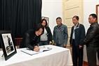 Vietnamitas escriben en el libro de condolencias. Foto: Tran Thanh Giang – VNP