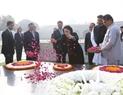 Chủ tịch Quốc hội đến đặt vòng hoa tại Đài tưởng niệm Mahatma Gandhi Rajghat. Ảnh: Trọng Đức/TTXVN