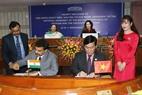 Les deux présidentes des organes législatifs ont assisté à la signature des documents de coopération entre la compagnie aérienne vietnamienne Vietjet Air et celle de l'Inde Air India. Photo : Trong Duc/AVI
