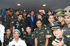 Le Premier ministre Samdech Hun Sen pose pour une photo avec des soldats cambodgiens faisant leurs études au Vietnam.  Photo : Thanh Vu – AVI