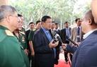 Le Premier ministre Samdech Hun Sen répondant à des journalistes à la rencontre avec des anciens soldats volontaires vietnamiens  ayant fait leur devoir international au Cambodge. Photo : Thanh Vu – AVI