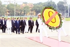 Cambodian Prime Minister Hun Sen visits and lays a wreath at the Ho Chi Minh Mausoleum. Photo: Pham Kien/VNA