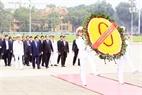 Le Premier ministre Samdech Hun Sen dépose une gerbe de fleurs en rendant un hommage posthume  au président Hô Chi Minh en son mausolée. Photo: Pham Kien - AVI
