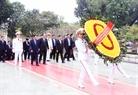 Le  Premier ministre Samdech Hun Sen dépose une gerbe de fleurs devant le Mémorial des héros et  Morts pour la Patrie. Photo: Pham Kien - AVI