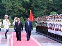 La cérémonie d'accueil en l'honneur du Premier ministre cambodgien a été solennellement organisée au Palais présidentiel. Photo: Thong Nhat – AVI