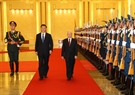 El secretario general del PCV Nguyen Phu Trong y el secretario general del Partido Comunista de China (PCCh) y presidente Xi Jinping pasan revista a la guardia de honor. Foto: Tri Dung – VNA