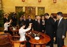 El secretario general del Partido Comunista y presidente de China, Xi Jingping, introduce el arte de preparación de té de su país al secretario general del PCV Nguyen Phu Trong. Foto: Tri Dung – VNA