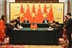 El secretario general del PCV Nguyen Phu Trong y el secretario general del PCCh y presidente Xi Jinping presencian la firma de los documentos de cooperación entre ambos países. Foto: VNA