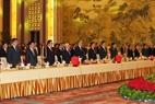 El secretario general del PCV Nguyen Phu Trong, el presidente del Comité Nacional de la Conferencia Consultiva Política del Pueblo Chino, Yu Zhengsheng, y delegados participan en la ceremonia de saludo a la bandera. Foto: Tri Dung – VNA