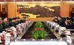 Durante la visita, el ministro de Defensa de Vietnam, Ngo Xuan Lich, sostiene conversaciones con su homólogo chino, Chang Wanquan. Foto: Vinh Ha – VNA