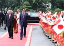 Дети Ханоя помахали рукой Премьер-министру Японии Синдзо Абэ на церемонии встречи. Фото: Тхонг Нят - ВИА