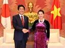 Председатель Национального собрания СРВ Нгуен Тхи Ким Нган принял премьер-министра Японии Синдзо Абэ. Фото: Чонг Дык - ВИА