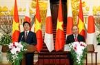 Премьер-министр Нгуен Суан Фук и Премьер-министр Синдзо Абэ приняли участие в cовместной пресс-конференции по итогам переговоров. Фото: Тхонг Нят - ВИА