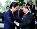 Премьер-министр Японии Синдзо Абэ весело встретился с премьер-министром Вьетнама Нгуен Суан Фуком на встрече. Фото: Тхонг Нят - ВИА