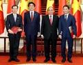 Премьер-министр Вьетнама Нгуен Суан Фук и премьер-министр Синдзо Абэ присутствовали на церемонии обмена инвестиционного контракта ТЭС 2 Вунганг. Фото: Тхонг Нят - ВИА