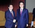 Японский премьер Синдзо Абэ провел встречу с заведующим Организационным отделом ЦК КПВ, председателем Группы парламентариев вьетнамо-японской дружбы Фам Минь Тинем. Фото: Фам Киен - ВИА