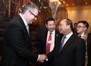 El Premier asiste a un diálogo con los directores ejecutivos  del sector telecomunicativo. Foto: Thong Nhat – VNA