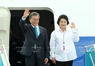At the invitation of State President Tran Dai Quang and his wife, the RoK high-ranking delegation led by President Moon Jae-in arrives in Da Nang for the APEC Economic Leaders' Week. In the photo: RoK President Moon Jae-in and his wife at Da Nang international airport in the afternoon of November 10, 2017. Photo: VNA