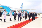 At the invitation of State President Tran Dai Quang, the Lao high-ranking delegation led by Party General Secretary and State President Bounnhang Vorachith and his wife attends the APEC Economic Leaders' Week held in Da Nang.  Minister of Education and Training Phung Xuan Nha receives the delegation at Da Nang international airport on November 10, 2017. Photo: VNA
