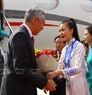 At the invitation of State President Tran Dai Quang, the Singaporean high-ranking delegation led by Prime Minister Lee Hsien Loong and his wife attends the APEC Economic Leaders' Week held in Da Nang.  Minister of Education and Training Phung Xuan Nha receives the delegation at Da Nang international airport in the morning of November 10, 2017. Photo: VNA