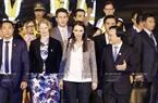 应国家主席陈大光和夫人的邀请,由新西兰总理雅登率领的新西兰高级代表团出席在岘港举行的2017年APEC峰会周。11月9日晚,越南教育培训部长冯春讶到岘港国际机场迎接。图/越通社记者