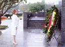 俄联邦委员会主席瓦莲京娜•伊万诺芙娜•马特维延科向胡志明主席陵墓献花圈,并瞻仰胡志明主席的遗容。越通社记者 范坚 摄