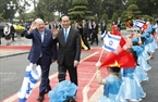 From March 19-25, 2017, Israeli President Reuven Rivlin and his wife pay a State-level visit to Vietnam at the invitation of State President Tran Dai Quang. On March 20, 2017, the welcoming ceremony for President Reuven Rivlin was held solemnly at the Presidential Palace. In the photo: Hanoi children welcome State President Tran Dai Quang and his Israeli President Reuven Rivlin at the ceremony. Photo: Nhan Sang/VNA