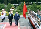 The two Presidents review the honour guard of the Vietnam People's Army. Photo: Nhan Sang/VNA