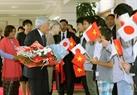하노이에 도착한 아키히토(明仁) 일왕과 미치코(美智子) 왕비를 환영하고 있는 모습. 사진:응웬단(Nguyễn Dân)/베트남 통신사