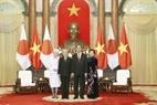 짠다이광(Trần Đại Quang)국가주석부부가 아키히토(明仁) 일왕과 미치코(美智子) 왕비를 맞이하고 있는 모습. 사진:난상(Nhan Sáng)/베트남 통신사