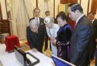 짠다이광(Trần Đại Quang)국가주석 부부와 아키히토(明仁) 일왕, 그리고 미치코(美智子) 왕비가 함께 서로 기념선물을 교환하고 있는 모습. 사진:난상(Nhan Sáng)/베트남 통신사