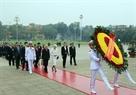 아키히토(明仁) 일왕과 미치코(美智子) 왕비가 호치민 묘소를 방문하여 헌화하고 있는 모습.  사진:응웬단(Nguyễn Dân)/베트남 통신사