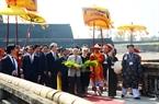 Tiếp tục chương trình chuyến thăm Việt Nam, ngày 4/3/2017, Nhà vua Nhật Bản Akihito và Hoàng hậu Michiko đã đến thăm Cố đô Huế, kinh đô của triều đại phong kiến cuối cùng ở Việt Nam. Trong ảnh: Nhà vua và Hoàng hậu thăm Đại nội Huế. Ảnh: Hồ Cầu/TTXVN
