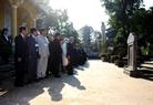 Nhà vua và Hoàng hậu đến thăm Nhà lưu niệm Cụ Phan Bội Châu, nhà yêu nước, người khởi xướng phong trào Đông Du kêu gọi thanh niên Việt Nam sang Nhật Bản học tập để tìm đường cứu nước vào đầu thế kỉ 20. Ảnh: Hồ Cầu/TTXVN