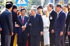 Nhà vua và Hoàng hậu chào hỏi người dân thành phố Huế khi đến thăm Nhà lưu niệm Cụ Phan Bội Châu. Ảnh: Hồ Cầu/TTXVN
