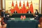 លោកអគ្គលេខាបក្សនិងជាប្រធានរដ្ឋចិន Xi Jiping និងលោកប្រធានរដ្ឋ ត្រឹនដាយក្វាង អញ្ជើញធ្វើជាសាក្សីក ក្នុងពិធីចុះលើកិច្ចព្រមព្រៀងនូវកម្ចីបន្ថែមសំរាប់គម្រោងខ្សែដែកក្នុងទីក្រុងពីរដ្ឋធានីហាណូយដល់ហាដុង រវាងរដ្ឋាភិបាលវៀតណាមនិងធនាគារនាំចេញនាំចូលចិន។ រូបថត៖ ញ៉ានសាង/ ទីភ្នាក់ងារសារព័ត៌មានវៀតណាម។