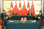 Tổng Bí thư, Chủ tịch nước Trung Quốc Tập Cận Bình và Chủ tịch nước Trần Đại Quang chứng kiến lễ ký kết Bản ghi nhớ về hợp tác thương mại điện tử giữa Bộ Công Thương nước Cộng hòa xã hội chủ nghĩa Việt Nam và Bộ Thương mại nước Cộng hòa nhân dân Trung Hoa. Ảnh: Nhan Sáng/TTXVN